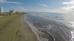 La mer ondule le lavage à terre dans la ville de Larnaca, belle vue aérienne sur la plage banque de vidéos