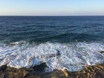 La mer ondule le soir Photographie stock