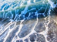 La mer ondule pendant une tempête images libres de droits
