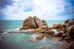 La mer ondule se briser contre les roches, Koh Samui photo libre de droits