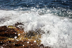 La mer ondule se briser contre les roches, la Côte d'Azur, Provence-Un image libre de droits