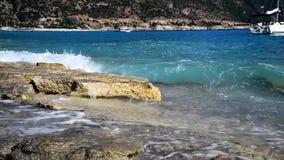La mer ondule sur la plage clips vidéos