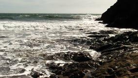 La mer ondule sur la plage Marin California de boue et de sable banque de vidéos