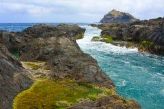 La mer ondule sur le rivage de Garachico dans Ténérife Photos stock