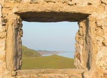 La mer par la vieille fenêtre photographie stock libre de droits