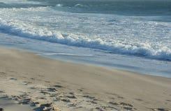 La mer rencontre le rivage Photographie stock libre de droits