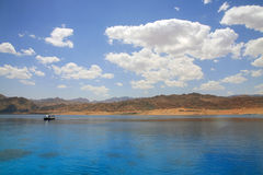 la Mer Rouge d'horizontal de lagune de jour de dahab ensoleillée Image stock