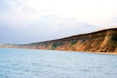 La mer sauvage de plage ondule le littoral Photo libre de droits