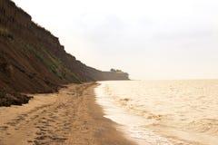 La mer sauvage de plage ondule le littoral Photo stock