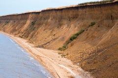 La mer sauvage de plage ondule le littoral Images stock