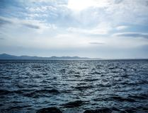 La mer sombre avec des montagnes images libres de droits