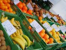 La mercado de la fruta allí es muchas frutas imagen de archivo libre de regalías