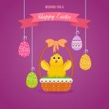 La merce nel carrello dell'uccellino implume contro fondo delle uova di Pasqua, gli aumenti traversa Immagini Stock Libere da Diritti