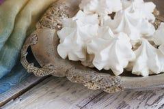 La meringa bianca sulla zolla è servito nello stile elegante Fotografie Stock