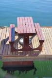 La mesa de picnic se encaramó en un embarcadero de flotación en el área de la costa de Cape Town Fotografía de archivo
