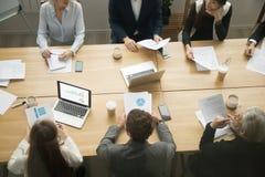 La mesa de reuniones con los hombres de negocios agrupa el trabajo junta, te Fotos de archivo libres de regalías