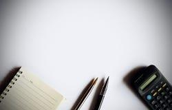 La mesa hace que el post-it de la pluma de la calculadora para añada el texto y el cuaderno tiene espacio de la copia Imágenes de archivo libres de regalías