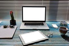 La mesa moderna con los accesorios y la distancia funcionan las herramientas, el ordenador portátil, el teléfono móvil y la table Foto de archivo libre de regalías