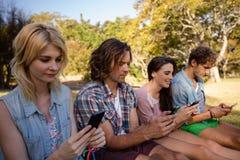 La messagerie textuelle d'amis au téléphone portable Image stock