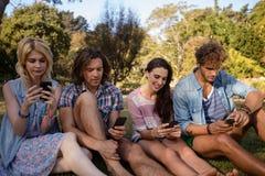 La messagerie textuelle d'amis au téléphone portable Images stock