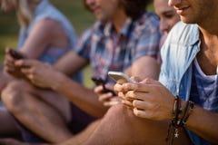 La messagerie textuelle d'amis au téléphone portable Images libres de droits