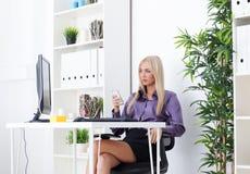 La messagerie textuelle de femme d'affaires dans le bureau lumineux Image libre de droits