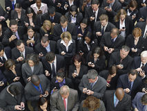 La messagerie textuelle de groupe d'affaires avec des téléphones portables Photos libres de droits