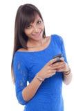 La messagerie textuelle de jeune femme photos libres de droits