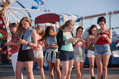 La messagerie textuelle de l'adolescence de filles Images libres de droits