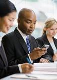 La messagerie textuelle sérieuse d'homme d'affaires sur le téléphone portable Photos stock