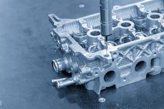 La mesure multiaxe de la machine CMM la partie des véhicules à moteur en aluminium photographie stock libre de droits