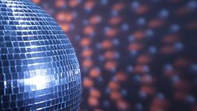 La metà della palla dello specchio della discoteca riflette la luce rossa blu e video d archivio