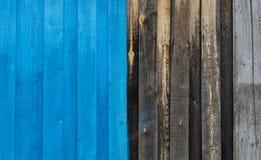 La metà ha dipinto i bordi di legno blu come composizione nel fondo Fotografie Stock Libere da Diritti