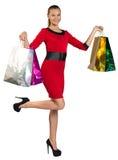 La metà ha girato la donna con le borse passanti del giusto vantaggio fotografie stock