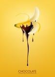 La metà ha sbucciato la banana matura immersa in cioccolato fondente di fusione, frutta, concetto di ricetta della fonduta, trasp Fotografie Stock Libere da Diritti
