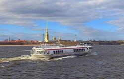 La meteora della barca di escursione naviga lungo il fiume di Neva sulla parte posteriore immagine stock