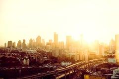 La metrópoli es llena de edificios altos en la puesta del sol en el horizo Imágenes de archivo libres de regalías