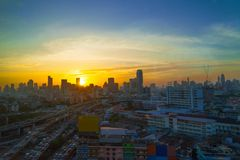 La metrópoli es llena de edificios altos en la puesta del sol en el horizo Imagen de archivo
