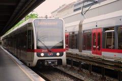 La metropolitana arriva sulla stazione di Taliastrasse Lne U6, Vienna della metropolitana fotografie stock libere da diritti