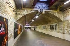 La metropolitana con la gente che cammina vicino alla strada di Gloucester dispone Londra Regno Unito fotografia stock