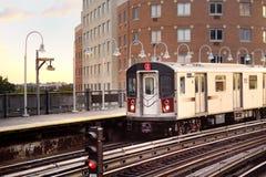 La metropolitana di New York arriva alla stazione immagini stock