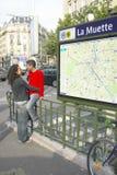 La metropolitana esterna di abbraccio del ragazzo e della ragazza si ferma, Parigi, Francia Immagini Stock