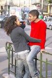 La metropolitana esterna di abbraccio del ragazzo e della ragazza si ferma, Parigi, Francia Immagini Stock Libere da Diritti