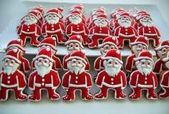 La mezcla colorida de Honey Cookies en una placa blanca, colorida, Santa Claus formó Imagenes de archivo