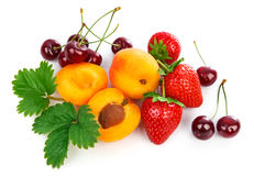 La mezcla da fruto las fresas sanas del albaricoque de las bayas de la consumición Imagenes de archivo