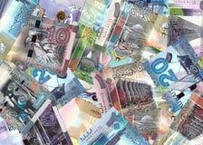 La mezcla de billetes de banco de Kuwait mezcló en un contexto financiero Foto de archivo