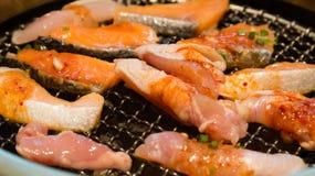 La mezcla de estilo coreano de la carne y de los pescados asó a la parrilla el primer Foto de archivo