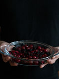 La mezcla de la baya en los glas sacude en las manos de un panadero Foto de archivo