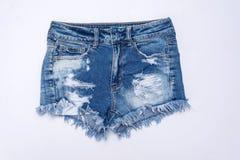 la mezclilla corta en el fondo blanco, ropa del verano de la mujer viaja fotos de archivo libres de regalías