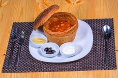 La mezcolanza sirvió en cuenco del pan con el limón, aceitunas, crema agria Foto de archivo libre de regalías